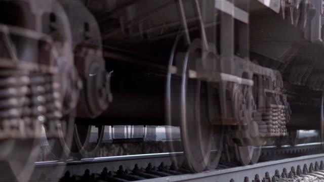 vidéos et rushes de les roues du vieux train sur la voie ferrée passant par la caméra. plan rapproché - lourd