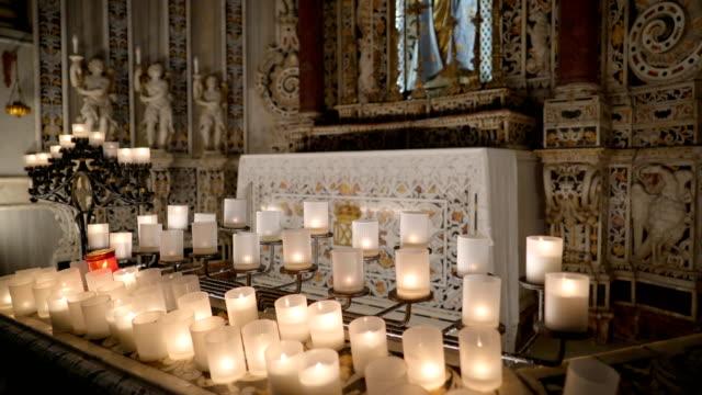 シチリア島パレルモの大聖堂の内部の白いキャンドル - モンレアーレ点の映像素材/bロール