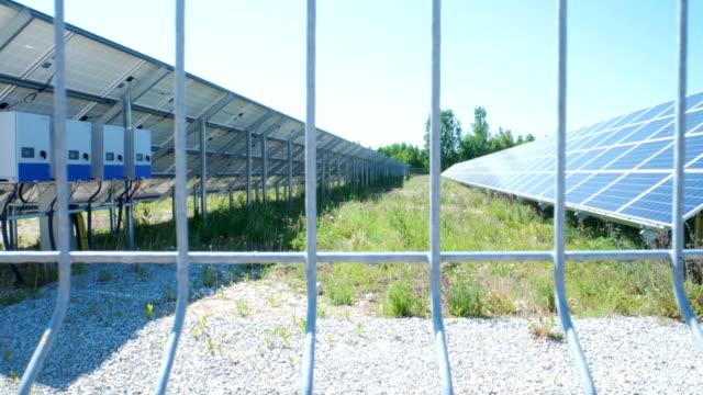 ソーラーパネル付きの庭の白いフェンス ビデオ