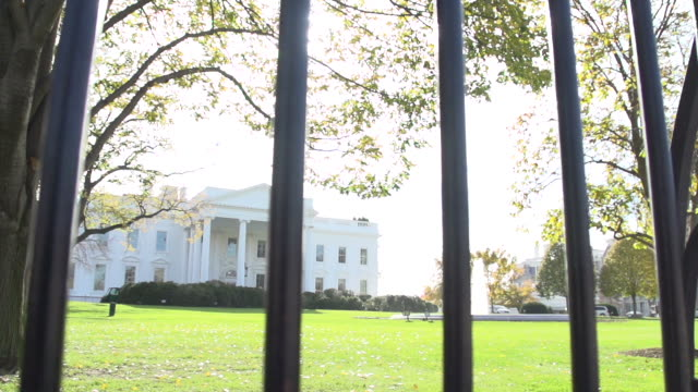 stockvideo's en b-roll-footage met the white house in washington d.c. - white house
