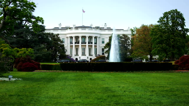 stockvideo's en b-roll-footage met the white house on a beautiful summer day - white house