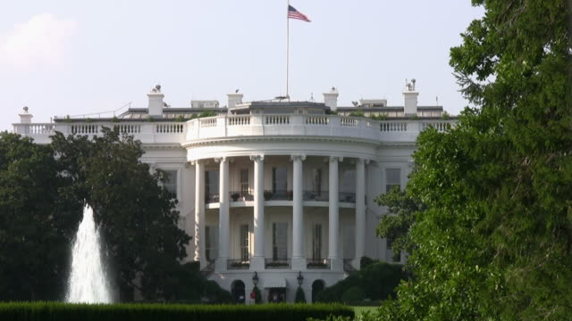 stockvideo's en b-roll-footage met the white house, with flag, washington dc--hd - white house