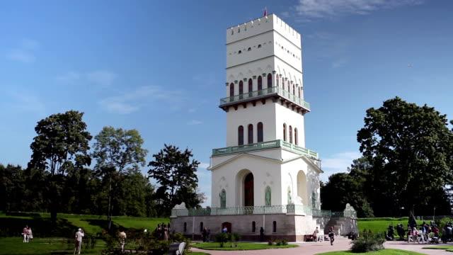 white tower di tsarskoye selo in aleksandrovsky park, pushkin, russia. time lapse - balaustrata video stock e b–roll