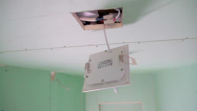 die weißen drähte im inneren der decke mit der white-box - pflicht stock-videos und b-roll-filmmaterial
