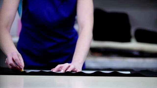 vídeos y material grabado en eventos de stock de la mujer rodea los pequeños patrones de detalles. - bocetos de diseños de moda