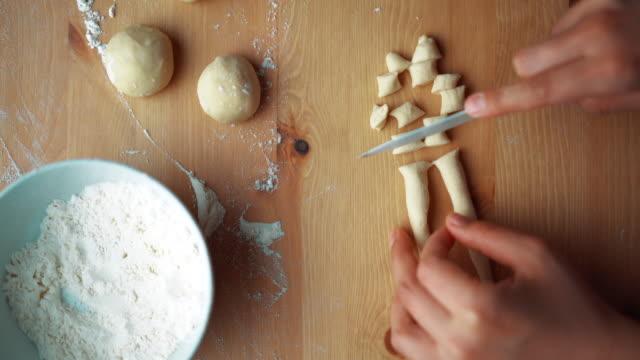vídeos de stock e filmes b-roll de the woman preparing turkish traditional food mantı (turkish ravioli) - ravioli