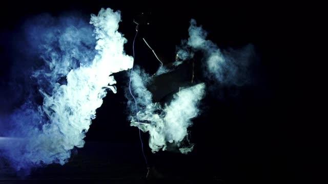 vídeos y material grabado en eventos de stock de la mujer de pie en el cordel en la nube de humo. por la noche, cámara lenta - pegajoso