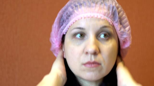 the woman straightens her on the head - flu shot стоковые видео и кадры b-roll