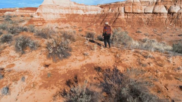 vídeos de stock e filmes b-roll de the woman, tourist, exploring the canyon in utah, usa - vale
