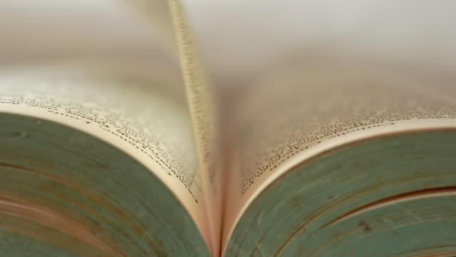 vidéos et rushes de la main de la femme ouvre lentement le vieux livre. - conseiller(ère) pédagogique