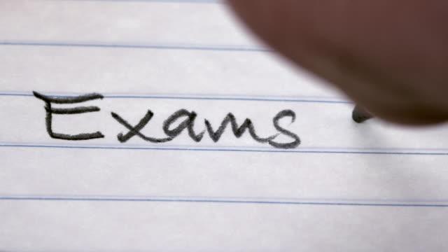 Le mot «Examens», écrits dans un cahier d'étudiants - Vidéo