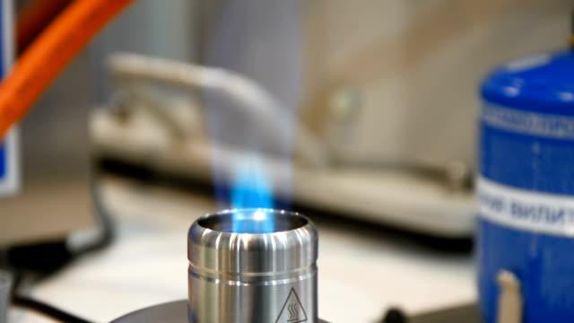 bir laboratuar gaz brülör çalışması - bunsen beki stok videoları ve detay görüntü çekimi