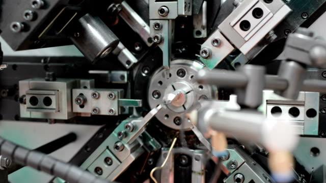 arbetet i mekanismen cnc bockmaskin. tillverkning av en tråd våren. cirkulär panorering från höger till vänster - cnc maskin bildbanksvideor och videomaterial från bakom kulisserna