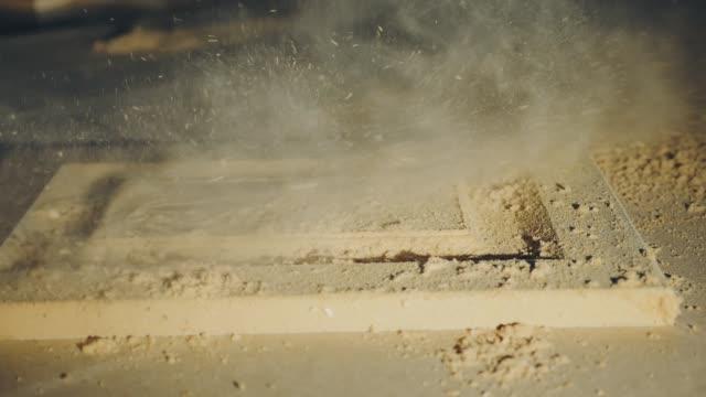 der arbeiter entfernt sägemehl aus dem teil der möbel - sägemehl stock-videos und b-roll-filmmaterial