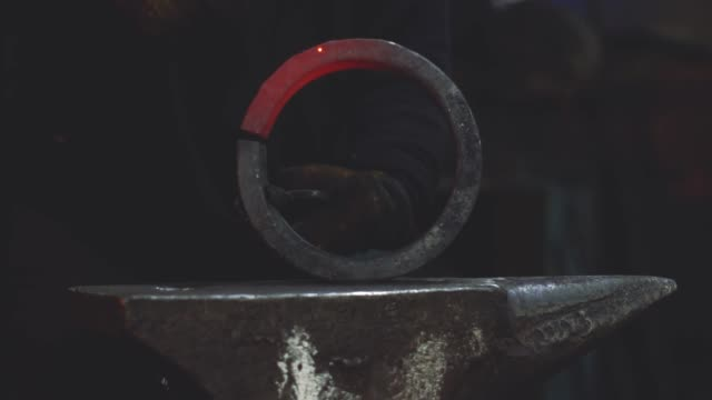 stockvideo's en b-roll-footage met het werkstuk op het aambeeld - metaalbewerking