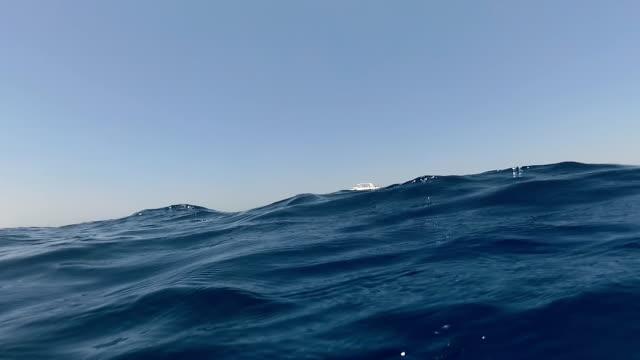 die yacht segelt auf das meer - teurer lebensstil stock-videos und b-roll-filmmaterial