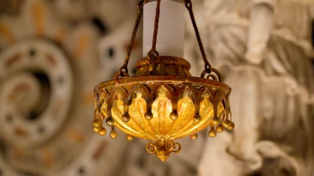 シチリア島パレルモの大聖堂の内部の黄色のキャンドル ホルダー - モンレアーレ点の映像素材/bロール