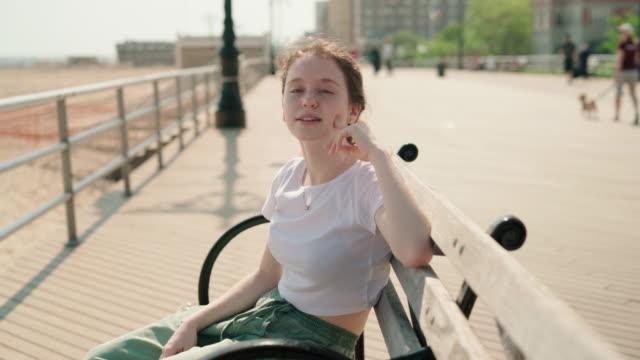 遊歩道のベンチに腰掛けて休憩で 18 歳少女 ビデオ