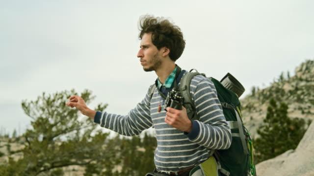 若い男、ヒップ、観光 - ハイカーやバックパッカー、アクション カメラでオルムステッド ポイントからヨセミテを撮影 - 自然旅行点の映像素材/bロール
