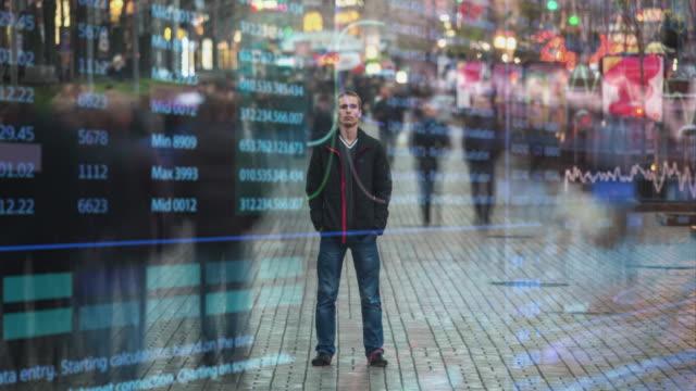 der junge mann steht auf der vergängsigen straße auf holographischem hintergrund. zeitraffer - holografisch stock-videos und b-roll-filmmaterial