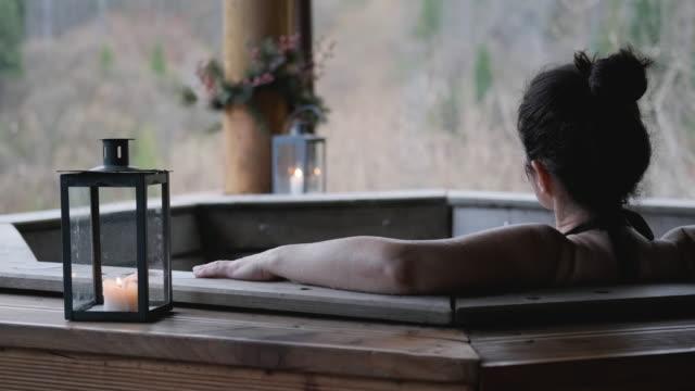 山々を望む露天風呂の若い女性。 - バス点の映像素材/bロール