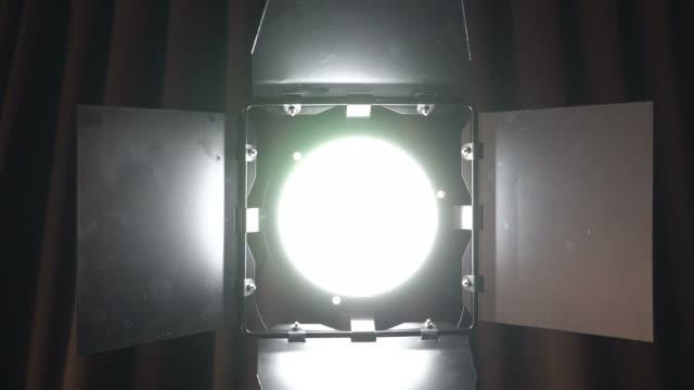 teater studio spot ljus på brun gardin. produktion film belysning slå på och av - dekor bildbanksvideor och videomaterial från bakom kulisserna
