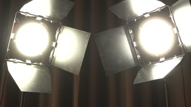 劇院演播室在棕色窗簾上點燈。生產薄膜照明同時打開和關閉 - 投射 個影片檔及 b 捲影像