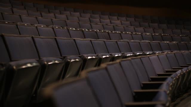 theater blaue sitze tracking - zuschauerraum stock-videos und b-roll-filmmaterial