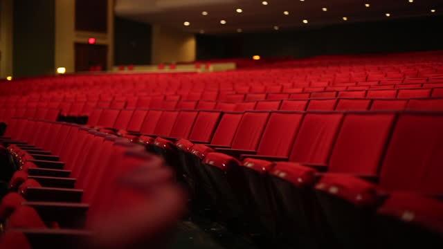theater rote sitze mittlere kamerafahrt - zuschauerraum stock-videos und b-roll-filmmaterial