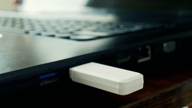 theft of corporate data into flash drive from laptop, trade secret information - kradzież tożsamości filmów i materiałów b-roll