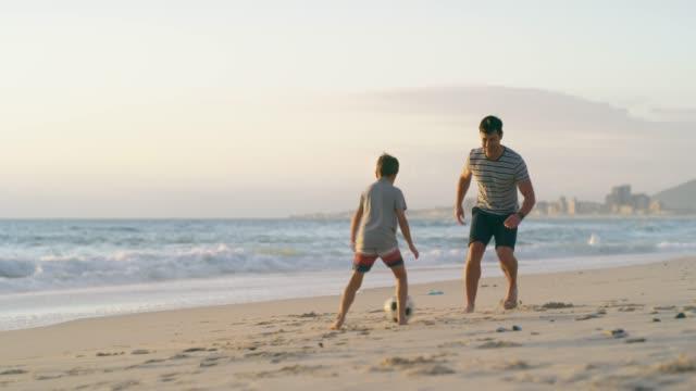 il loro posto preferito per giocare è la spiaggia - divertirsi video stock e b–roll