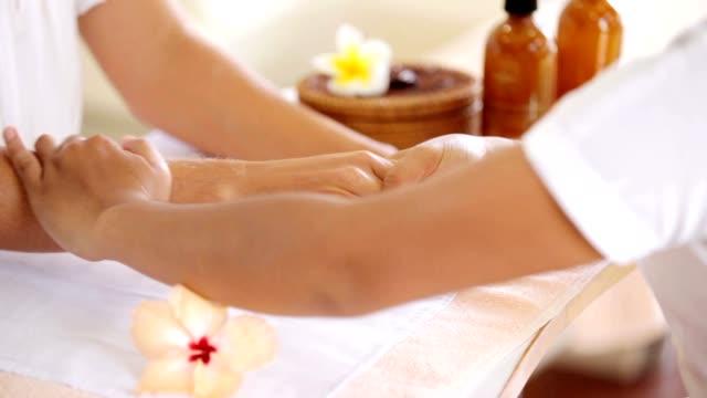 therapeutischen hand- und arm-massage - maniküre stock-videos und b-roll-filmmaterial