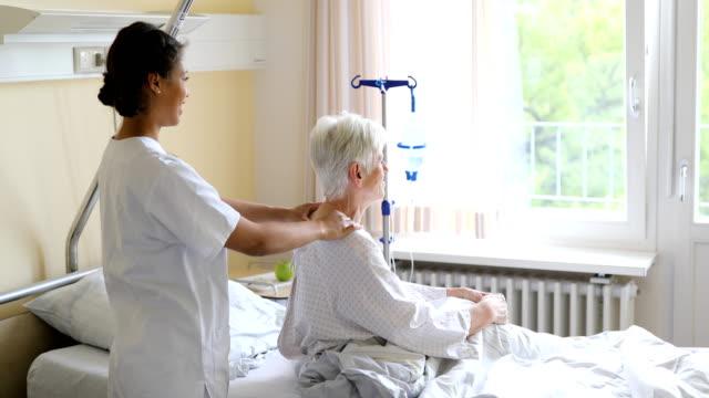 terapeut massera senior kvinna axlar - axel led bildbanksvideor och videomaterial från bakom kulisserna