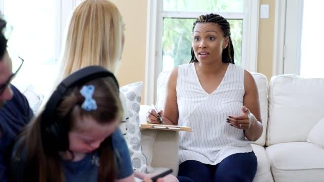 vídeos y material grabado en eventos de stock de terapeuta se reúne con los padres de un niño con necesidades especiales - servicios sociales