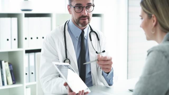 ci sono alcuni punti che voglio che noti... - ambulatorio medico video stock e b–roll