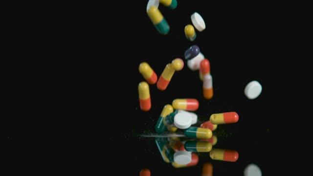 すべての条件のための別の丸薬があります。 - 抗生物質点の映像素材/bロール