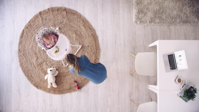 stockvideo's en b-roll-footage met er is multitasking dan er is mom multitasking - werk privé balans
