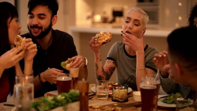 """vídeos de stock e filmes b-roll de there's no """"i"""" in food - hambúrguer comida"""
