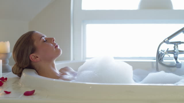 vídeos de stock e filmes b-roll de there's nothing s relaxing bath can't fix - tomar banho
