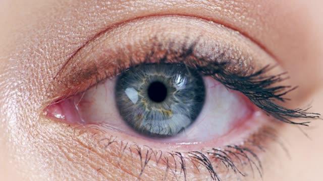 何かが彼女について eyelurring - アイシャドウ点の映像素材/bロール