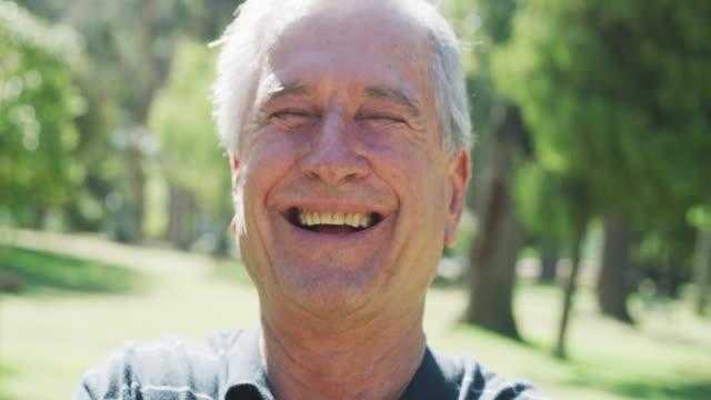 hayatın her aşamasında gülümsemesi gereken bir şey var. - orta yaşlı adam stok videoları ve detay görüntü çekimi