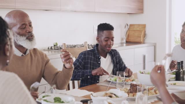 vídeos de stock, filmes e b-roll de há algo que todos temos em comum, boa comida. - jantar