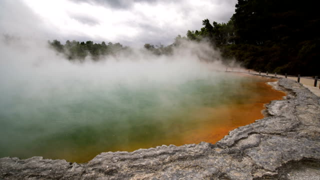 Piscina termal del lago Champagne en el Wai-O-Tapu cerca de Rotorua, Nueva Zelanda - vídeo