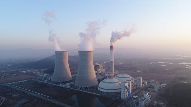 generazione di energia termica (dji d-log) - reattore nucleare video stock e b–roll
