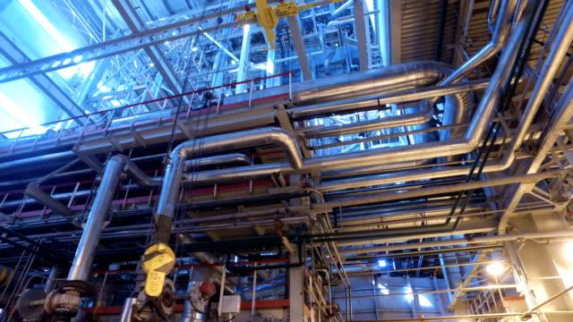 vídeos y material grabado en eventos de stock de central térmica. panorama del interior de la central eléctrica rusa. 4k - tubería