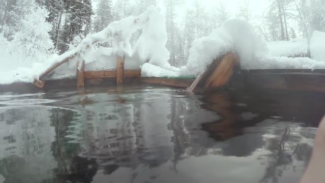 겨울의 배경에 온천 - 스파 온천 스톡 비디오 및 b-롤 화면