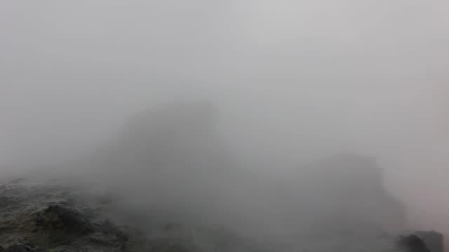 분수에서 흐르는 열수 - 스파 온천 스톡 비디오 및 b-롤 화면