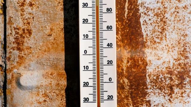 stockvideo's en b-roll-footage met thermometer op een roestig muur waarin 30 graden van warmte. - thermometer