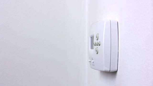 vidéos et rushes de thermostat - abaisser