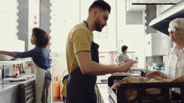 stockvideo's en b-roll-footage met deze zijn goed om te gaan - bakery